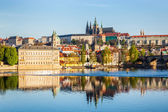 View of Mala Strana and Prague castle over Vltava — Стоковое фото