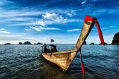 Barco de cauda longa na praia, Tailândia — Fotografia Stock