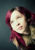 Emo, kızıl saçlı kız bak — Stok fotoğraf
