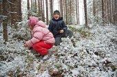 Barn leker i en snöig skog — Stockfoto