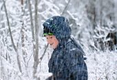 Boy with shovel playing in snow forest — Stock Photo