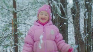 Little girl  in a snowy forest — Stockvideo