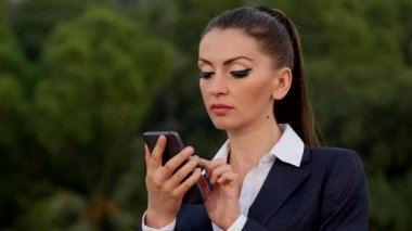 Young caucasian woman with a cell phone — Stock Video