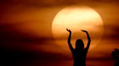Happy free Woman enjoying in Sea Sunset. Silhouetted against the sunset, sunrise Sun on the palm — Stock Video