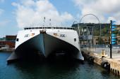 Vista frontal del catamarán ferry en port vell — Foto de Stock