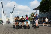 Turisti in segway tour a port vell. — Foto Stock