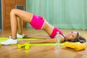 Girl working out indoor — Stockfoto