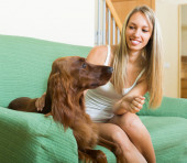 Adult girl with red Irish setter — Stock fotografie
