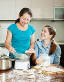 women cooking  dumplings with electric steamer  — Stock Photo