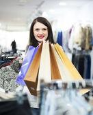 Brunetka dziewczynka z torby na zakupy — Zdjęcie stockowe