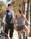 Pareja joven con bicicletas — Foto de Stock