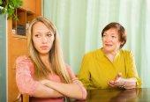Zwei frauen teilen schlechte nachrichten — Stockfoto