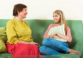 Figlia e madre appoggiata sul divano — Foto Stock