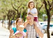 Glückliche eltern mit zwei kindern — Stockfoto