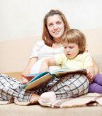 Hamile kadın ve kızı kitabı okur — Stok fotoğraf