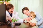 Pediatrician doctor examing baby — Stock Photo