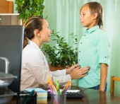 Doctor with teenage boy patient — Stock Photo