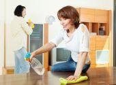 улыбаясь пара уборка комнаты — Стоковое фото