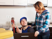 Housewife watching at plumber  — Stock Photo