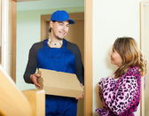 Messenger delivered box to housewife — Stock Photo