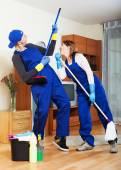 Housecleaners cleaning house — 图库照片