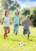 サッカー ボールで遊ぶカップルと 10 代の少年 — ストック写真