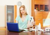 Kvinna läser om mediciner i laptop — Stockfoto