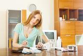 Kvinna räkna kostnaden för läkemedel — Stockfoto