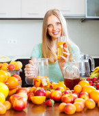 Woman with fresh fruit beverage — Stock Photo