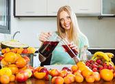 Bebidas derramamento de mulher com frutas — Foto Stock