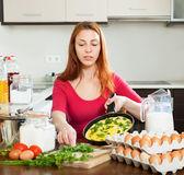 Kvinna med äggröra i stekpanna — Stockfoto