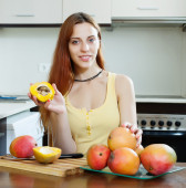 Young woman with mango   — Stock Photo
