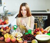 Kadın krem meyve salatası yapmak — Stok fotoğraf