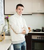 Gut aussehender mann in küche — Stockfoto
