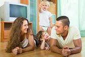 Familia feliz de cuatro en casa — Foto de Stock