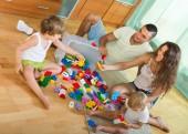 Dört aile evde oyuncaklar — Stok fotoğraf