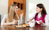 Young women table gossiping and drinking tea   — Stock Photo
