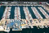 Vista aérea de iates ancorados em port olimpic. — Fotografia Stock