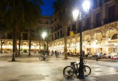Evening view of Placa Reial in  Barcelona — Stock Photo