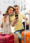 Couple doing selfie at the street — Stock Photo