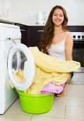 Mooie vrouw kleren wassen in de wasmachine — Stockfoto