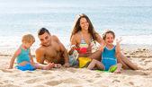 Vierköpfige familie am strand — Stockfoto