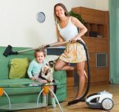 Rodina domácí úklid s vysavačem — Stock fotografie