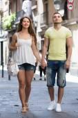 Couple walking through city — Stock Photo