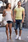 Пара, прогулка по городу — Стоковое фото