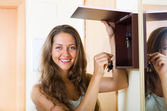 Female in casual holding appartment keys indoor — Stock Photo