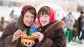 Women eating pancake — Stock Photo