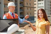 строитель вручает ключи девушка — Стоковое фото