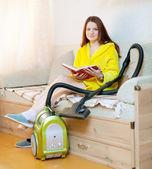 Yorgun kadın ev işlerini düşüncesinde — Stok fotoğraf