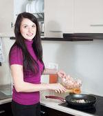 Glückliche frau kochen garnelen — Stockfoto
